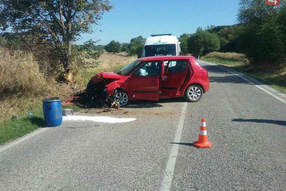FOTO z miesta nehody: Auto narazilo do stromu, jedna osoba zranená
