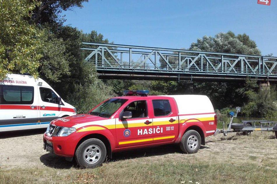 FOTO: Hlohovskí hasiči zasahovali pri záchrane muža z vodnej hladiny