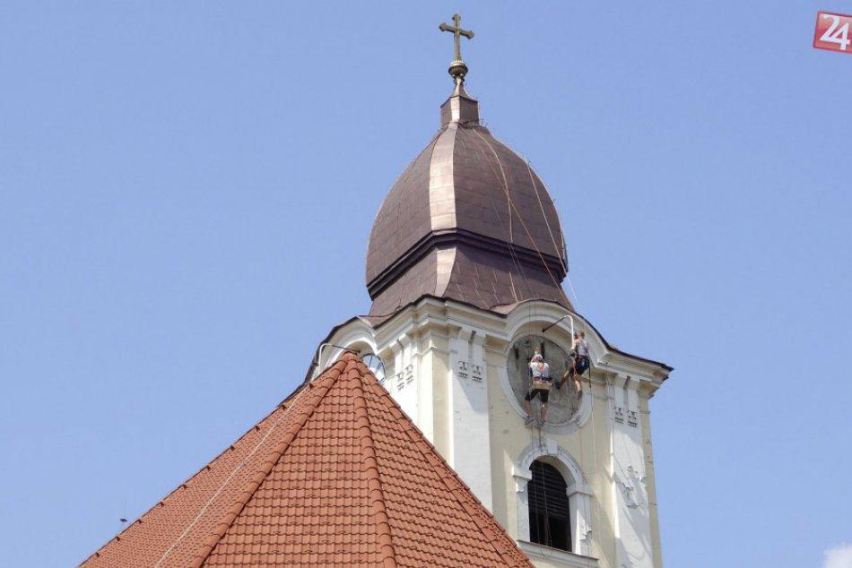 Na vežu františkánskeho kostola montujú nové ciferníky hodín