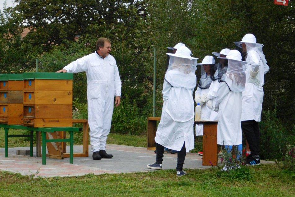 Boli sme pri tom: Takto novoveskí žiaci prvýkrát stáčali med na svojej škole