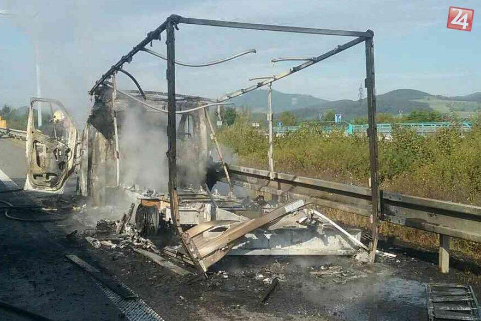 Hasiči z Považskej Bystrice mali prácu: Požiar dodávky na diaľnici