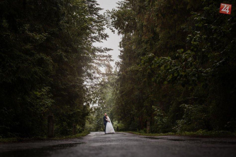 Svadobné snímky v neprívetivom počasí? Fotodôkazy zo Spiša, že aj to ide
