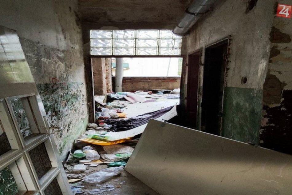 Otrasné zábery: Takto vyzerá squatterská bytovka na Predmestskej pred zbúraním!