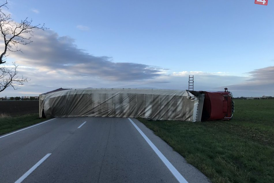 Prvé ZÁBERY z miesta: V Trnavskom okrese došlo k prevráteniu kamiónu!