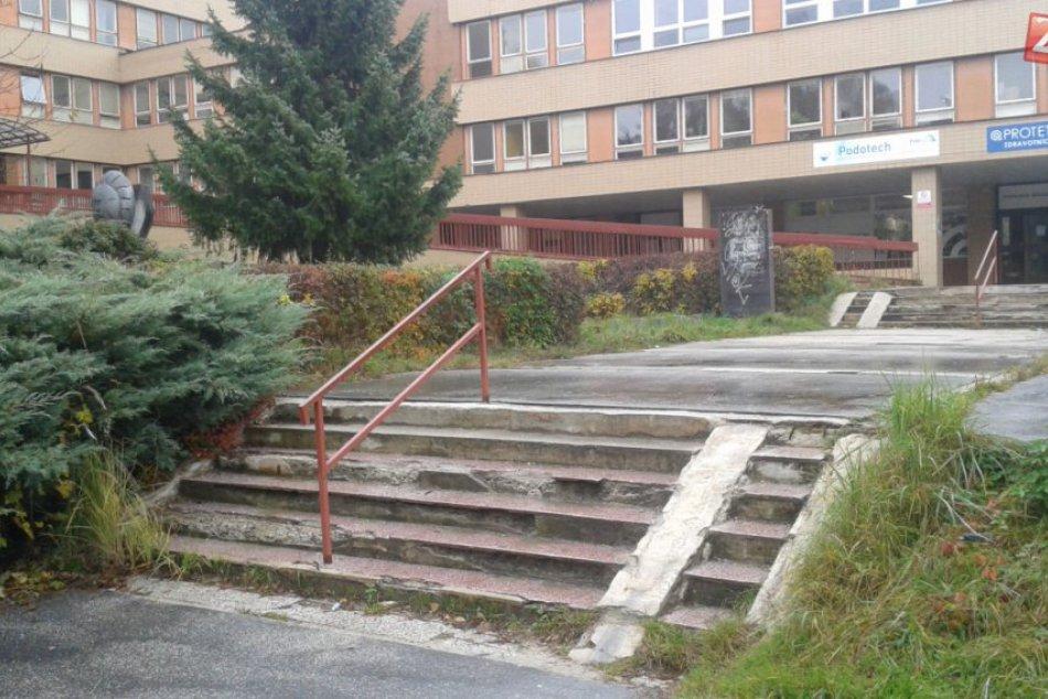 Schody pred detskou poliklinikou v Považskej: Pozrite, ako dlhodobo vyzerali
