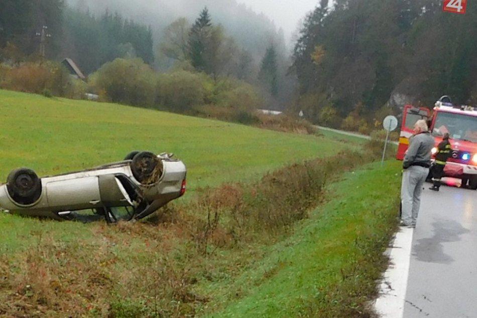 Nehoda neďaleko Považskej: Žena (19) skončila s autom na streche