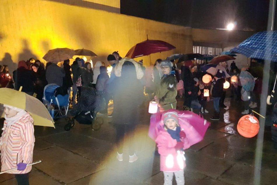 V OBRAZOCH: Ulice nočnej Bystrice rozžiarili svietiace lampióny