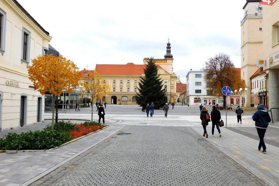 FOTO: Vychutnajte si tohtoročný vianočný stromček v našom meste