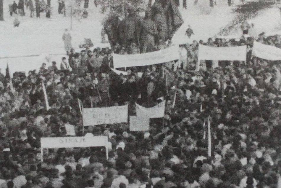 FOTO z archívu: Takto to vyzeralo v Humennom v r. 1989 počas generálneho štrajku
