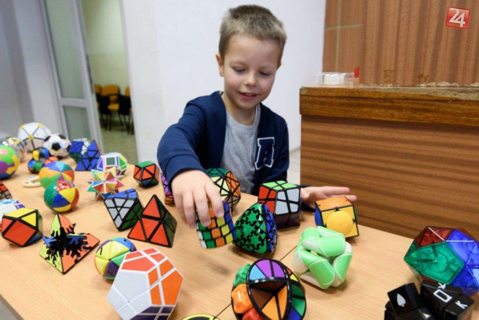 FOTO: Lukáš sa so svojou zbierkou Rubikových kociek dostal až do knihy rekordov!