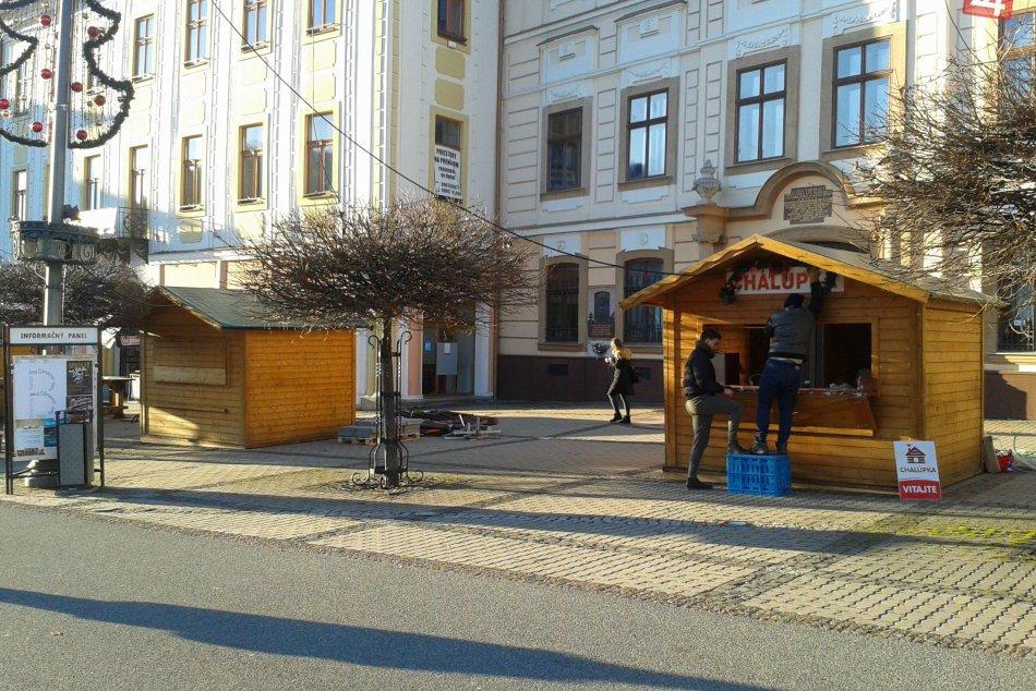 V OBRAZOCH: Na bystrickom námestí už stoja stánky. Vianočné trhy predo dvermi