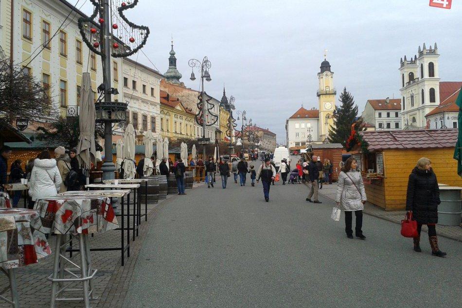 V OBRAZOCH: Atmosféra Vianoc v uliciach Bystrice. V centre odštartovali trhy