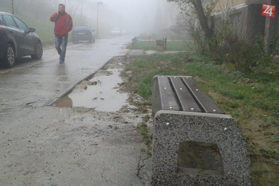 Zlý stav Bernolákovej ulice v Považskej: Novým lavičkám teda vybrali miesto...