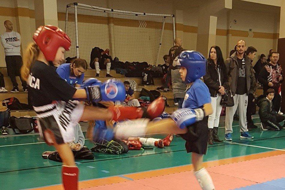 V OBRAZOCH: Medailové hody revúckych kickboxerov