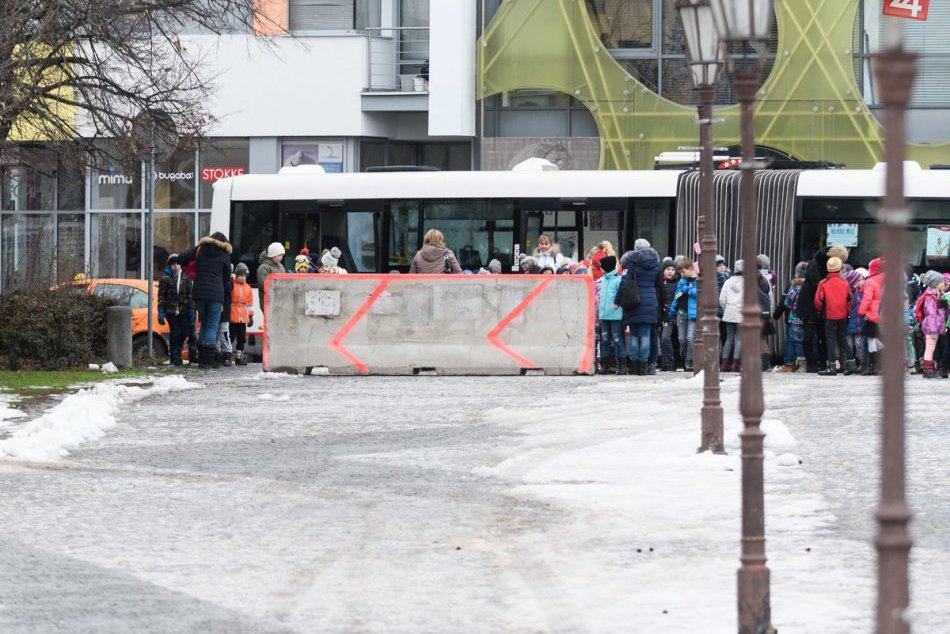FOTO: Protiteroristické betónové zátarasy sú aj na Vianočných trhoch v Nitre