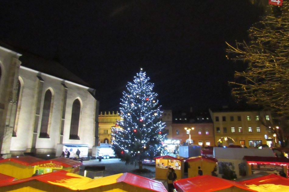 Mikuláš s deťmi rozsvietil stromček na Hlavnej: Takto vyzerá po zažatí, FOTO