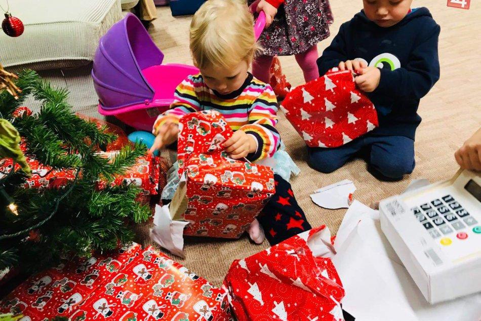 FOTO: Decká si užili skvelé darčeky, šalianske mamy im vystrojili oslavu