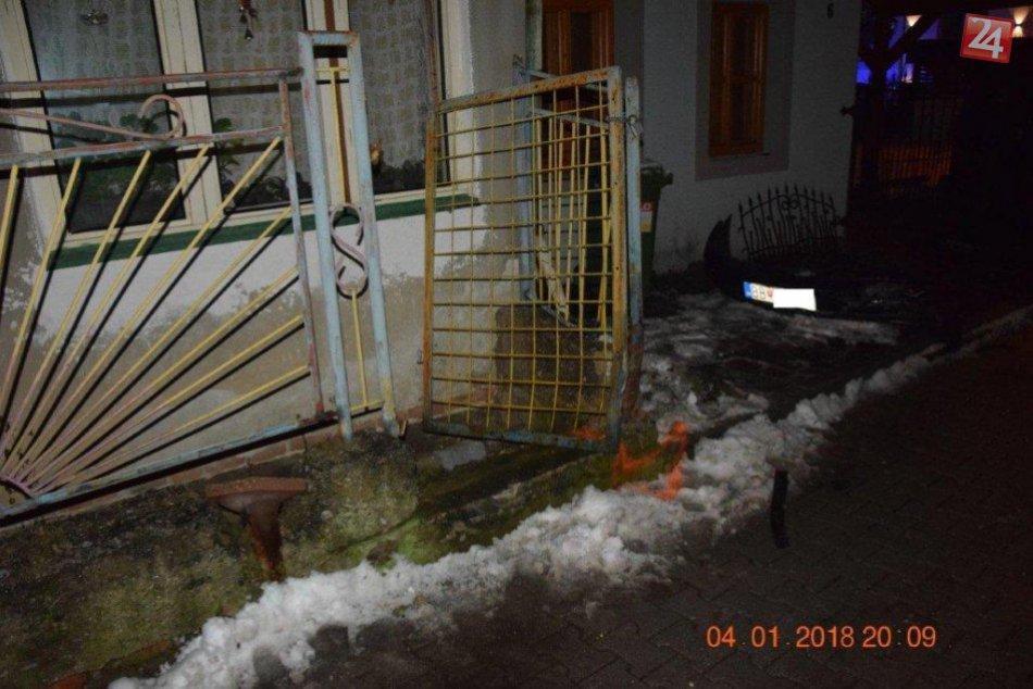 V OBRAZOCH: Opitý vodič narazil do oplotenia 2 domov a poškodil zaparkované auto