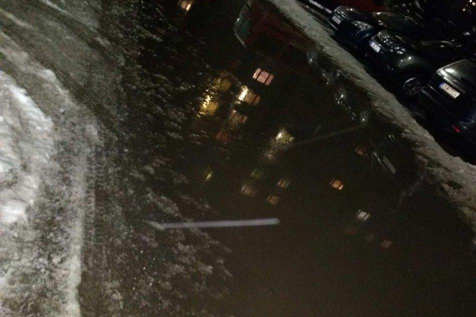 ZÁBERY priamo z miesta: Na sídlisku Západ niektoré ulice zaplavila voda