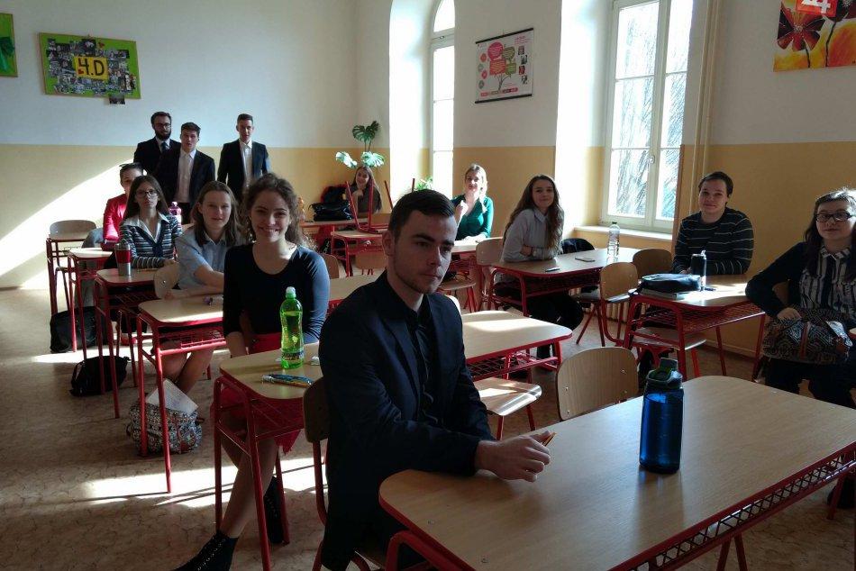 FOTKY zo známeho novoveského gymnázia: Afmosféra maturít zachytená objektívom