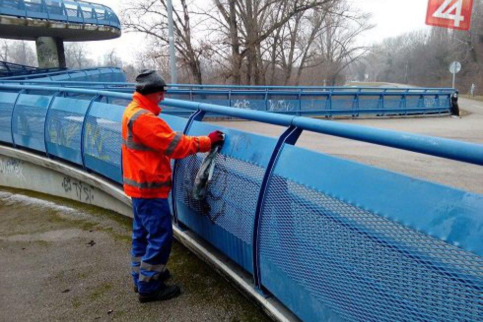 Odstraňovanie grafitov na Moste Apollo