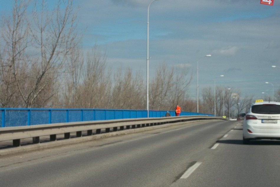 Na šalianskom moste sa pracovalo: Novému zábradliu dodávali šmrnc,FOTO