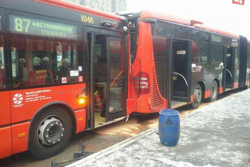 V Petržalke sa zrazili autobusy