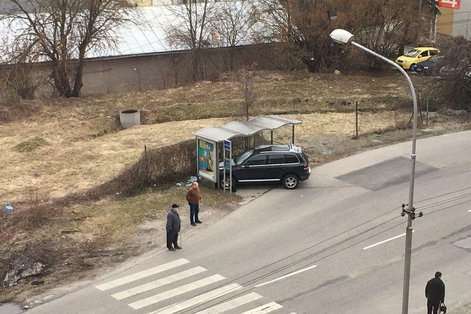 V OBRAZOCH: Auto skončilo v autobusovej zastávke. Pozrite si FOTO z miesta