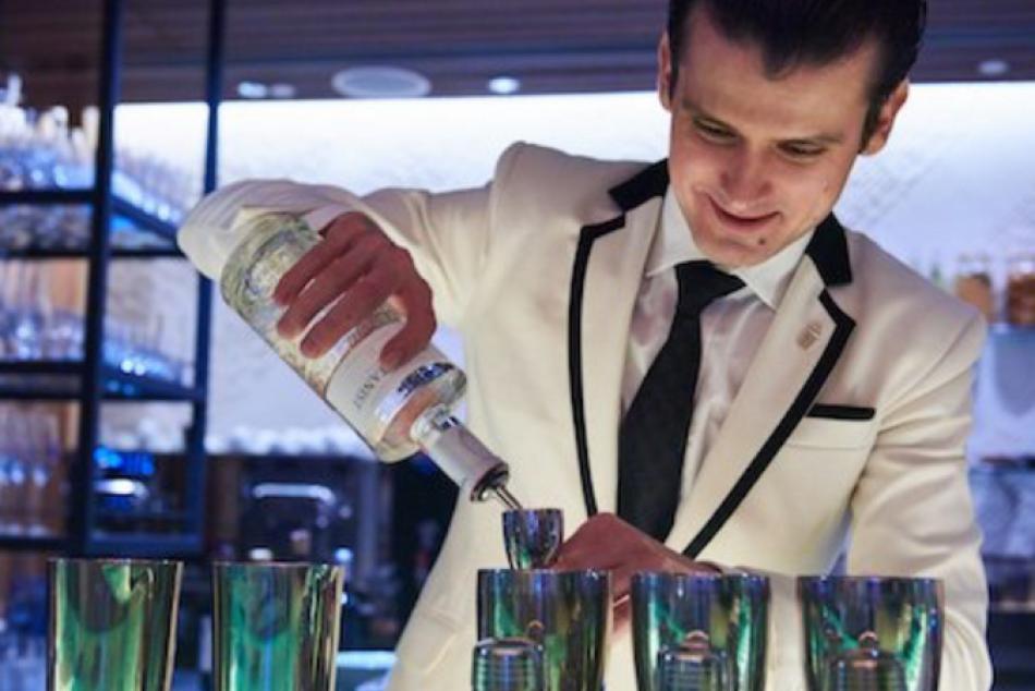Svetový barman Erik Lörincz: Pracoval na Bondovke, miešal drinky u Eltona Johna