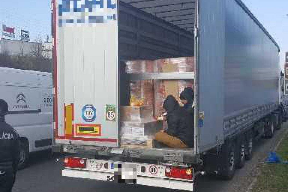 V OBRAZOCH: Vzadnom priestore nákladného vozidla sa viezli nelegálni cudzinci