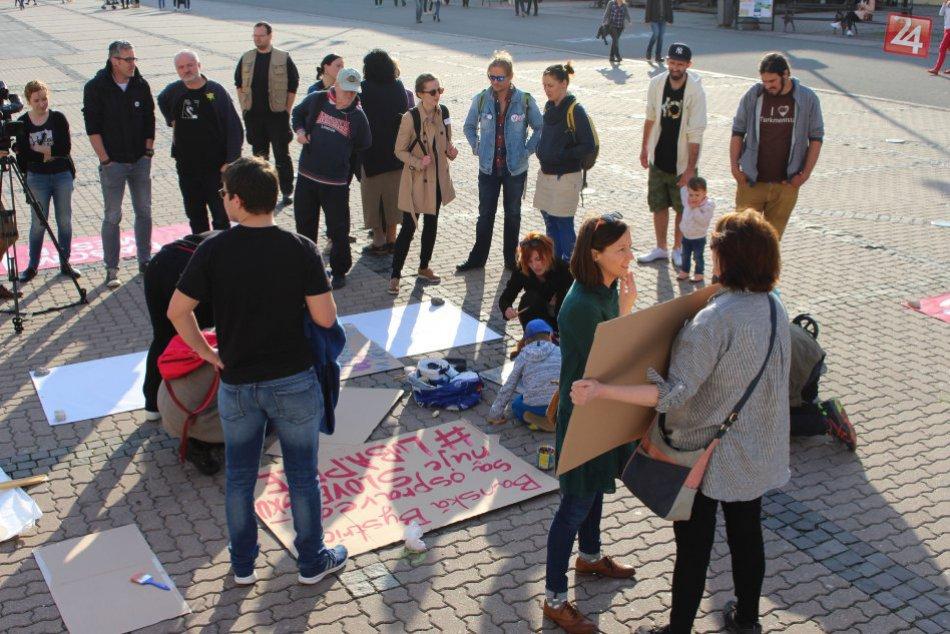 V OBRAZOCH: Protest sa nekonal, no Bystričania sa stretli na námestí