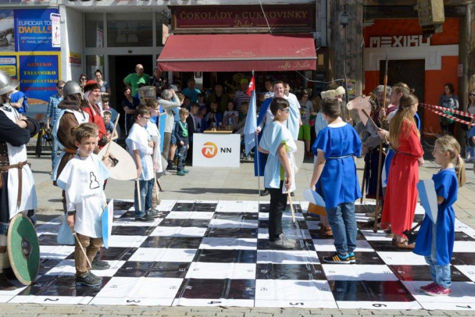 FOTO: Na pešej zóne v Nitre sa hral živý šachový zápas v historickom šate