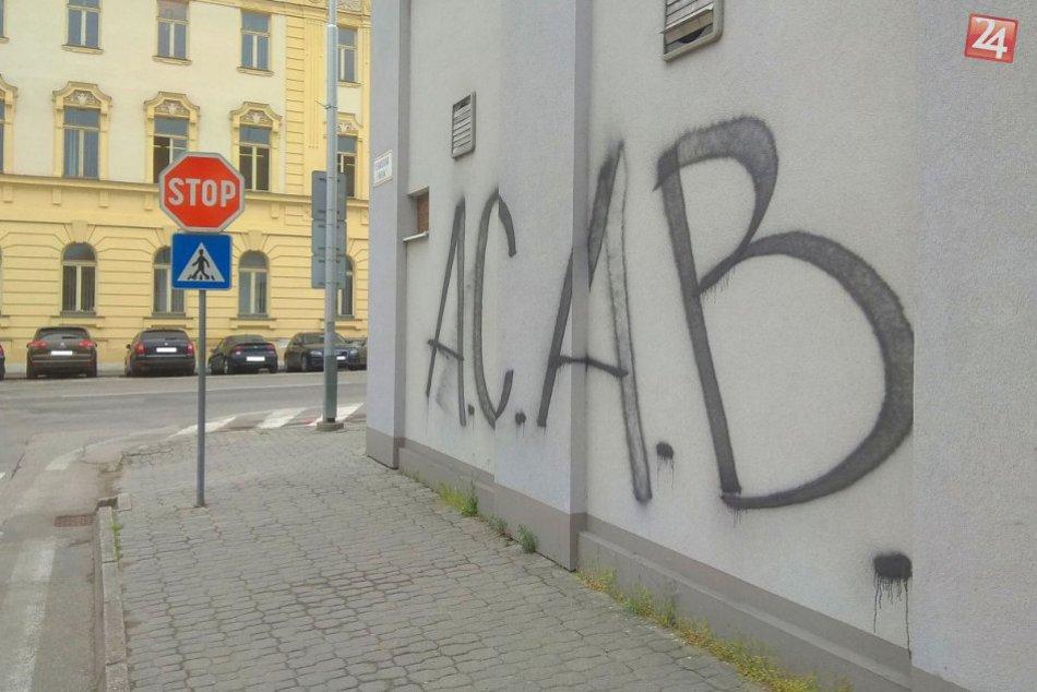Na budovu MsP v Nitre niekto nasprejoval hanlivý nápis A.C.A.B.