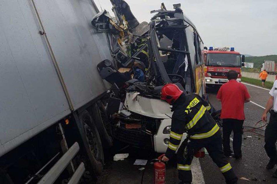 Zrážka kamióna a autobusu