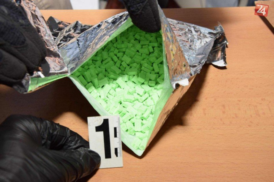 FOTO: Mužovi z Dunajskej Stredy chodili poštou zo zahraničia drogy