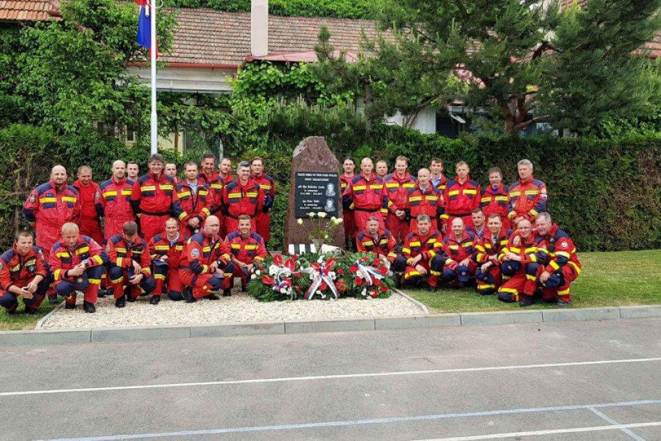FOTO: Zosnulým hasičom R. Lackovi a P. Toďorovi v Prešove odhalili pamätník