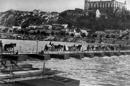 Od oslobodenia hlavného mesta Slovenska Bratislavy dnes uplynie 71 rokov.  Počas bojov zhorelo a bolo poškodených viacero budov 7be38fab090