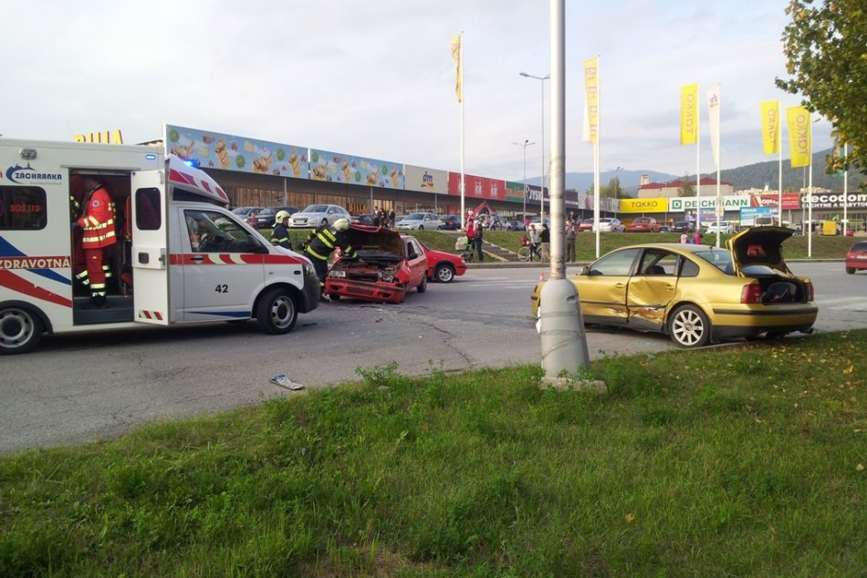 Zrážka áut na sídlisku Juh: Pozrite si zábery z miesta