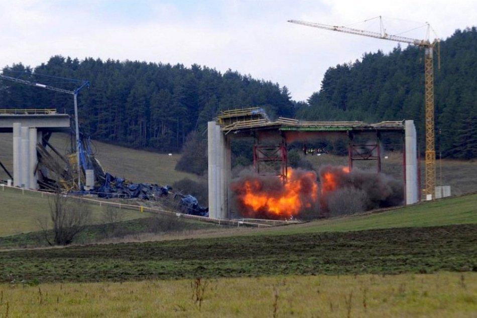 Most pri Kurimanoch sa nepodarilo odstreliť. Na rade je ťažká technika
