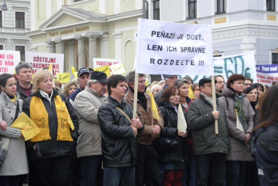 OBRAZOM: Megaštrajk na Slovensku: Tisíce učiteľov vyrazili na námestia