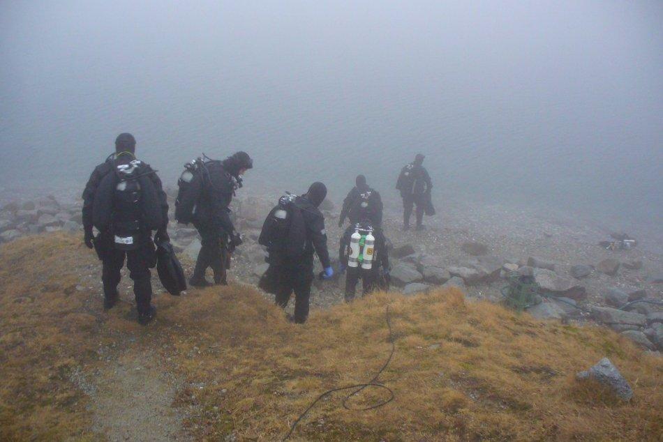 Tatranské plesá obsadili policajti. Nacvičovali si potápanie v studenej vode