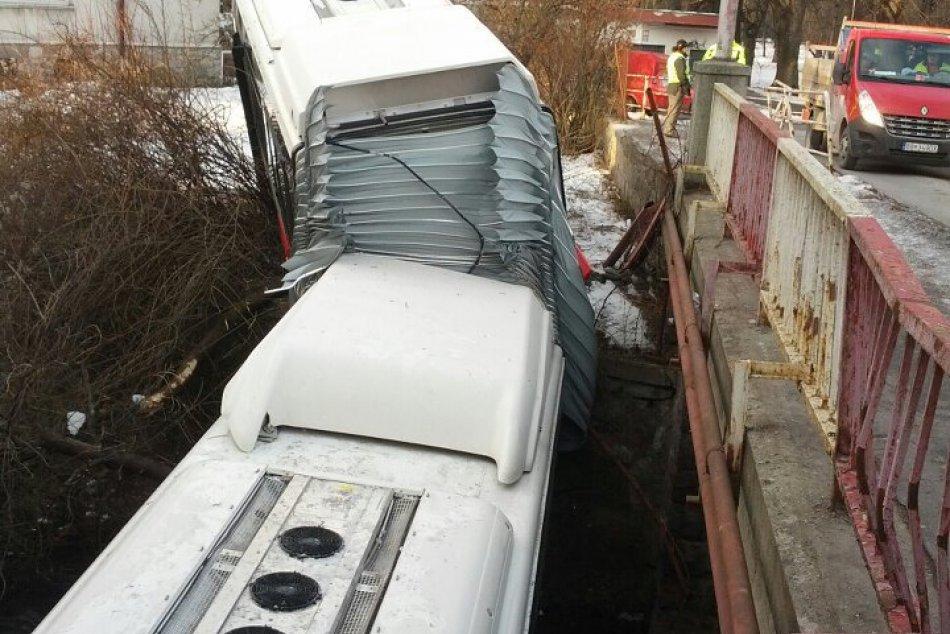 Autobus MHD sa zrútil do potoka