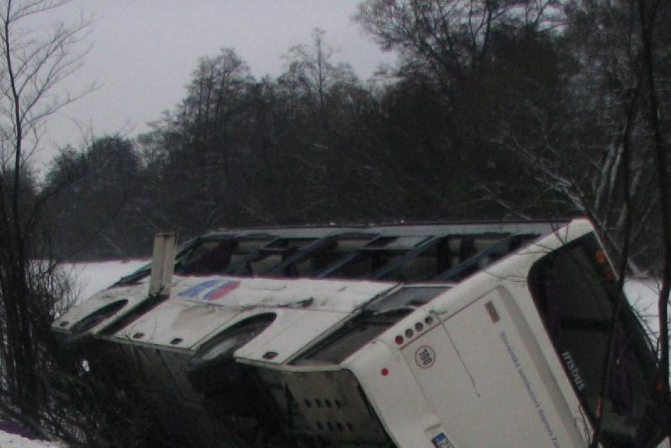Autobus prevrátilo na bok aj s pasažiermi