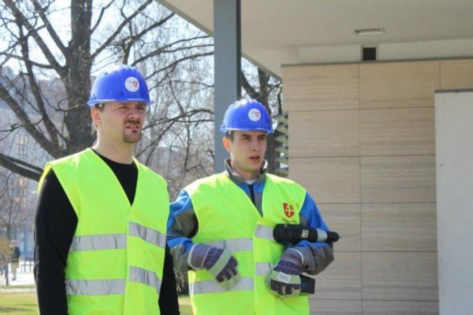 Majstri Slovenska s náradím v ruke: Hokejisti opravovali zničené pódium