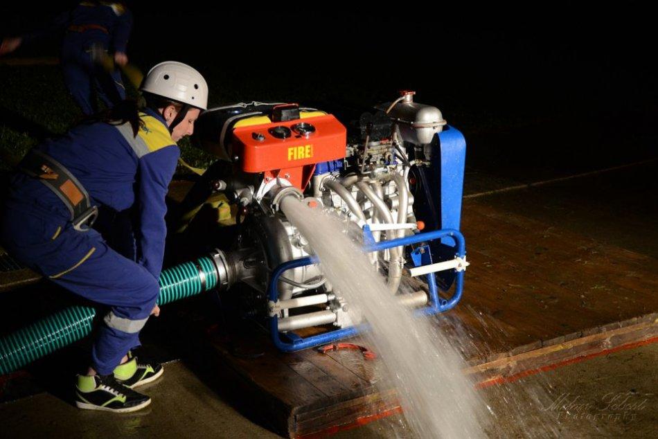 OBRAZOM: Takto vyzerá nočná súťaž hasičov