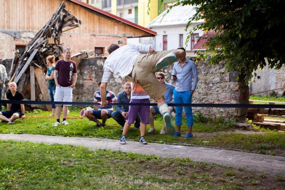 FOTO: Záhradu ovládli outdoorové disciplíny: Svoje umenie v nej predviedli slack