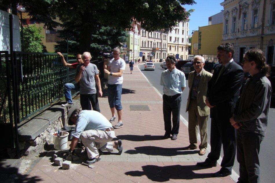 V Bystrici pribudli tri pamätné kamene: Pripomínajú hrôzy nacizmu a obete holoka