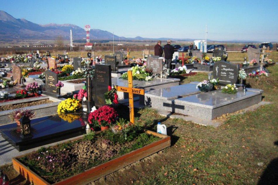 Ľudia v týchto dňoch navštevujú cintoríny, veriaci sa modlia za zosnulých