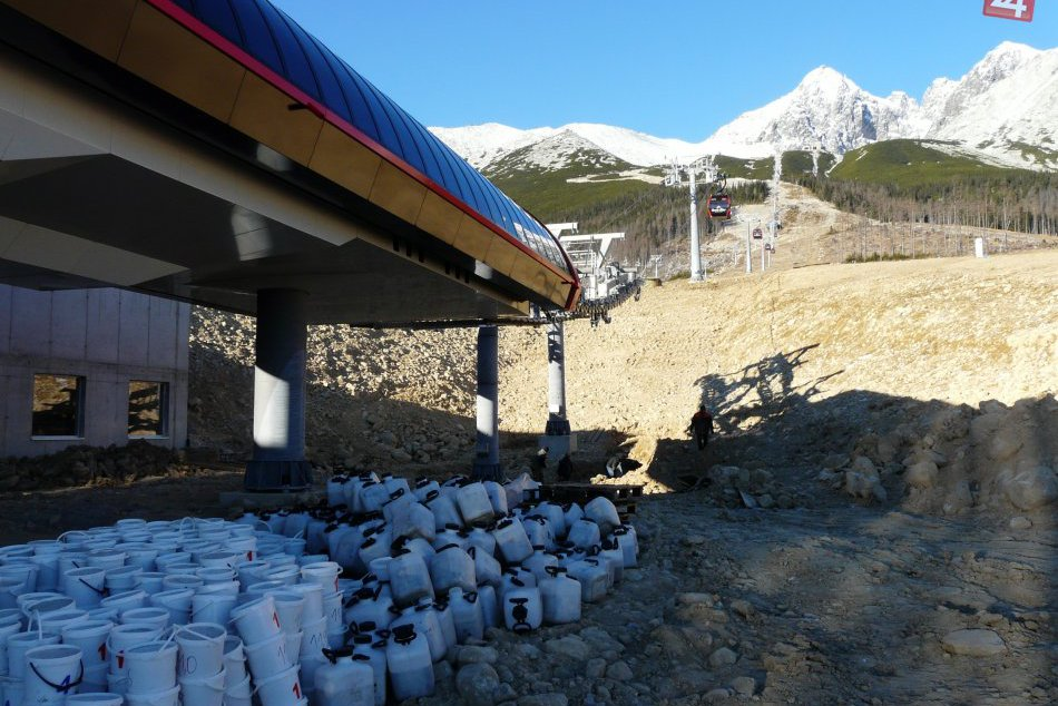 V Tatranskej Lomnici testujú novú lanovku. Prvých turistov povezie možno už v de