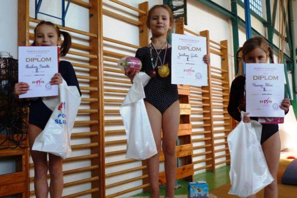 Mladé gymnastky súťažili O vianočnú guľu